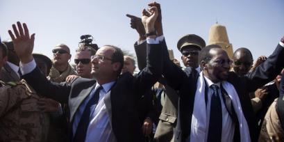 François-Hollande-reçu-en-héro-à-Bamako (1)